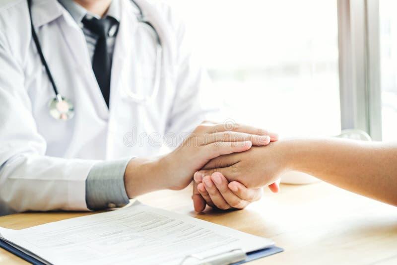 Врачуйте держать руки для пациента утешать и заботы стоковое фото