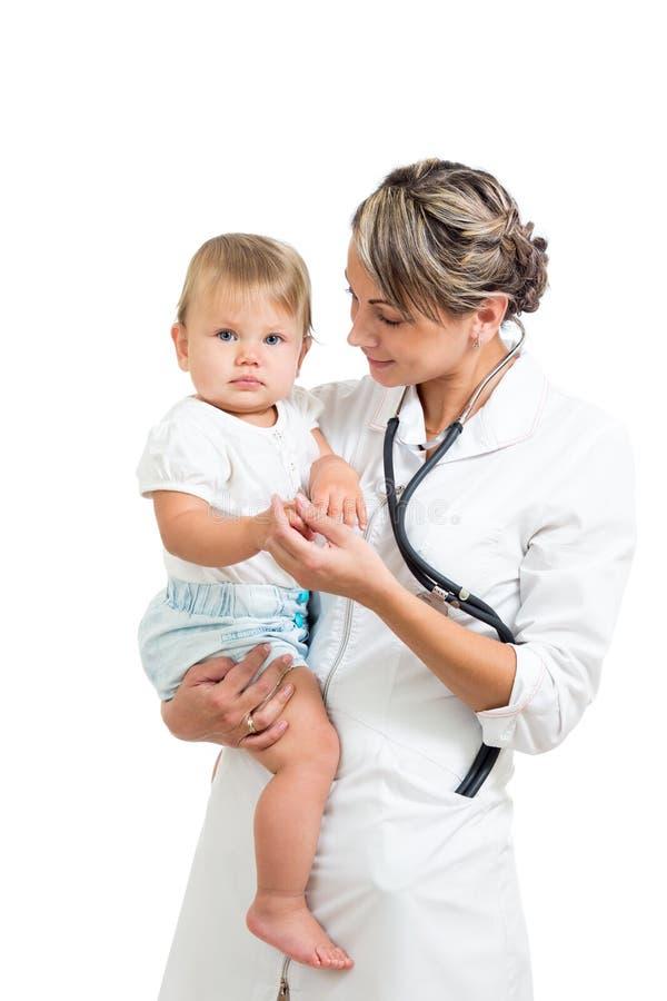 Врачуйте держать милого младенца на руках изолированных дальше стоковая фотография
