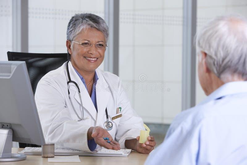 врачуйте женского пациента стоковые изображения