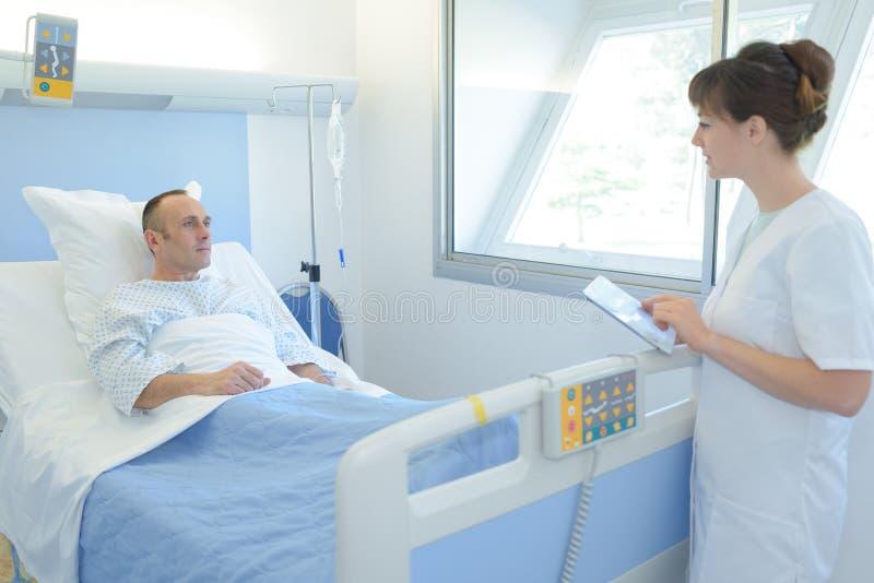 Врачуйте или вынянчьте говорить к пациенту в стационаре стоковые изображения rf