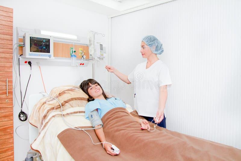 Врачуйте или вынянчьте говорить к пациенту в стационаре стоковая фотография rf