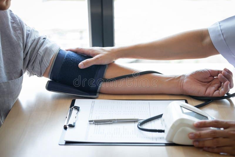 Врачуйте используя измеряя кровяное давление проверяя пациента с рассматривать, представляющ симптом результатов и порекомендуйте стоковое изображение rf