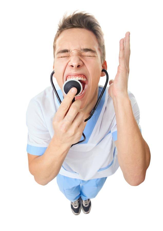 Врачуйте кричать в stethoscop стоковые фотографии rf