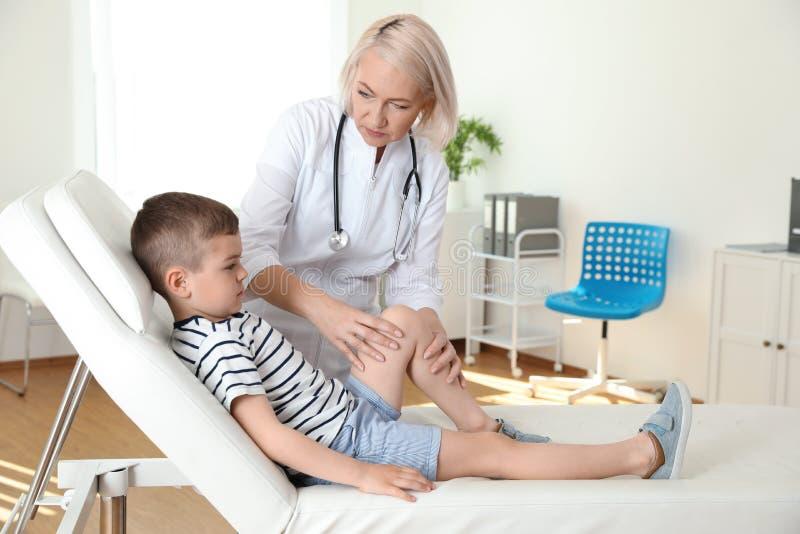 Врачуйте рассматривать меньшего пациента с проблемой колена стоковые изображения rf
