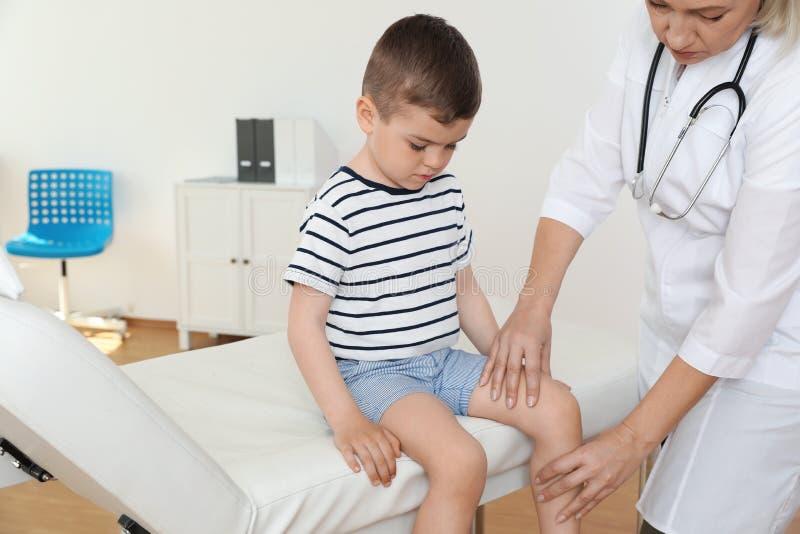 Врачуйте рассматривать меньшего пациента с проблемой колена стоковые фото