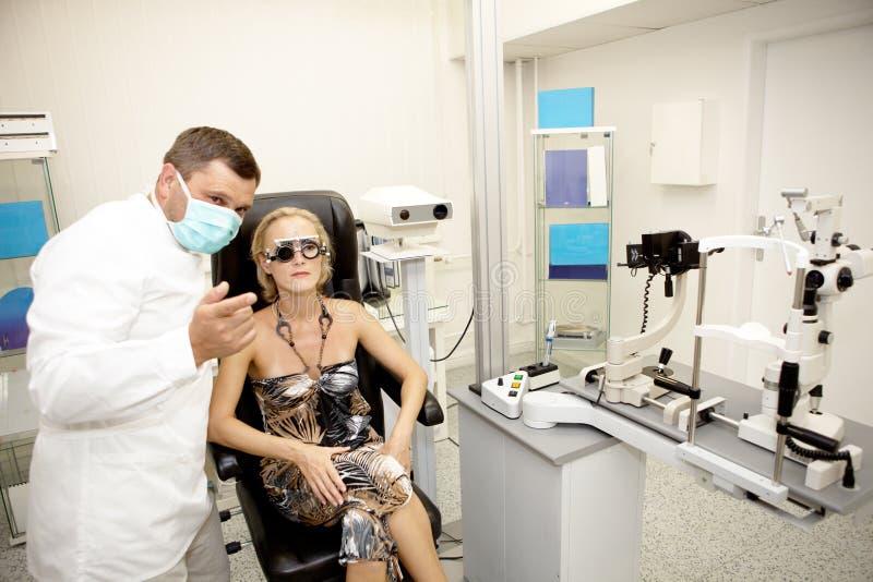 врачуйте рассматривая пациента стоковые изображения