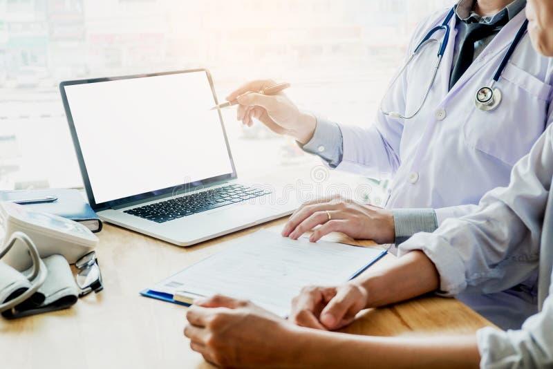 Врачуйте советовать с при пациент представляя результаты на пустом Scree стоковые изображения