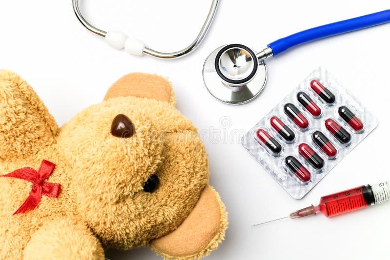Врачуйте стол с медицинским оборудованием и коричневым плюшевым медвежонком стоковое изображение