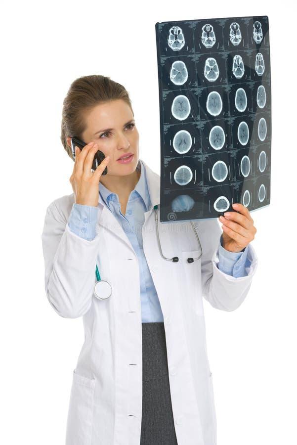 Врачуйте телефон женщины говоря и смотреть на MRI стоковое фото rf
