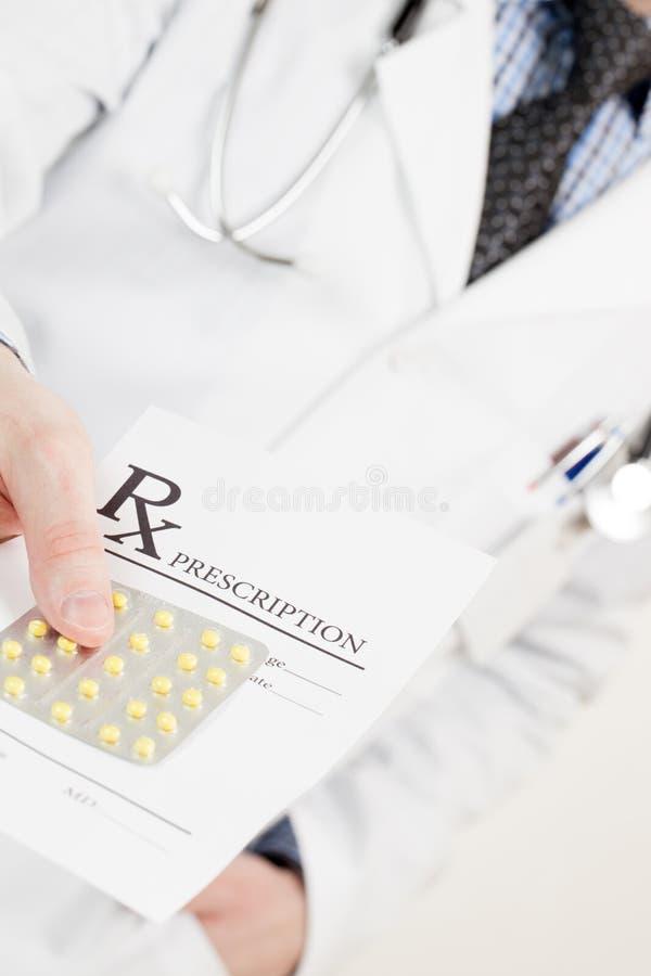 Врач вручая вне рецепт лекарства и пилюльки - съемку студии стоковые изображения rf