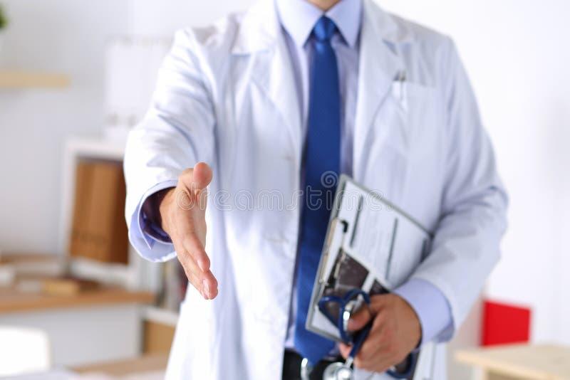 Врач готовый для того чтобы рассмотреть пациента стоковая фотография