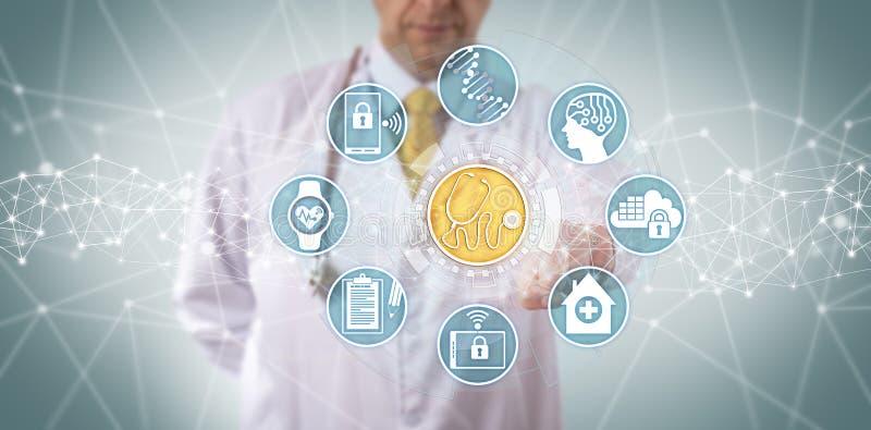 Врач-клиницист достигая медицинских диагностик App стоковое изображение rf