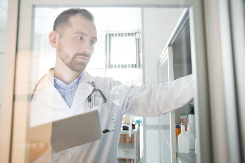 Врач-клиницист с сенсорной панелью стоковое изображение