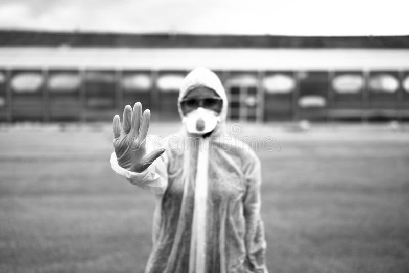 Врач-коронавирусный врач перед больницей в изоляторе Медик 'Ковид-19' с защитным снаряжением Знак остановки руки Остановить корон стоковое изображение rf