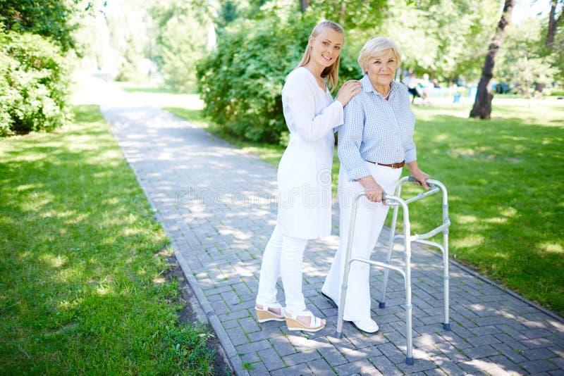 Врач-клиницист и ее пациент стоковые изображения rf
