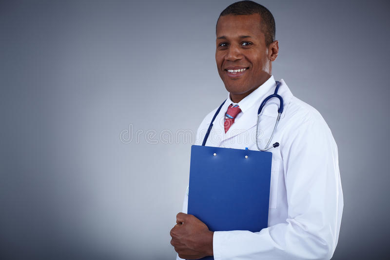 Врач-клиницист с доской сзажимом для бумаги стоковая фотография rf