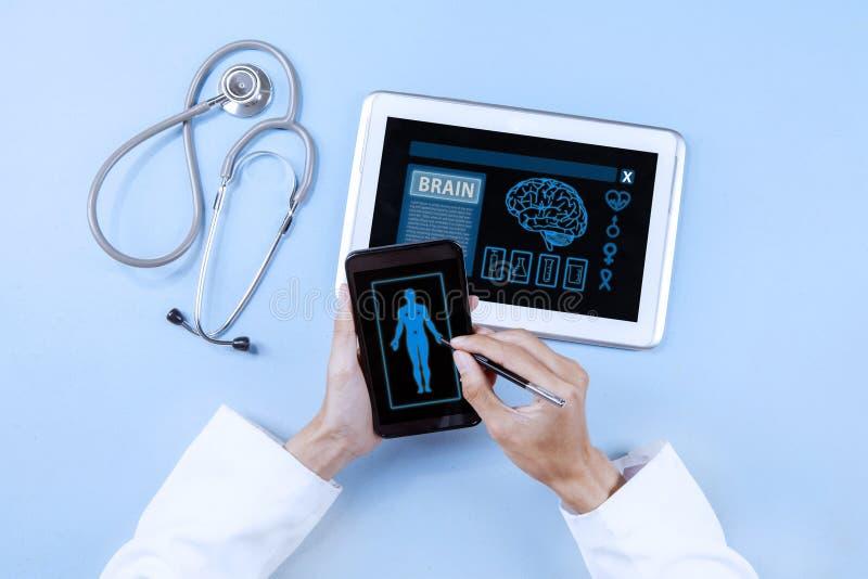 Врач с современными медицинскими инструментами стоковые фотографии rf