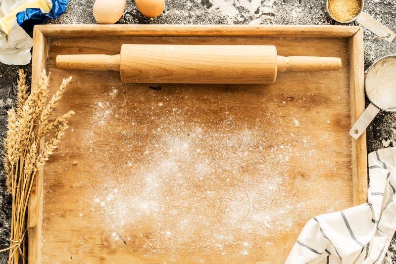Вращающая ось на доске печенья и пищевых ингредиентах - кухне стоковое изображение rf
