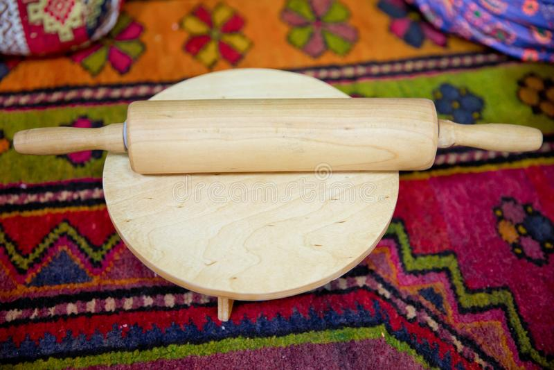 Вращающая ось с тестом на деревянной доске стоковая фотография rf