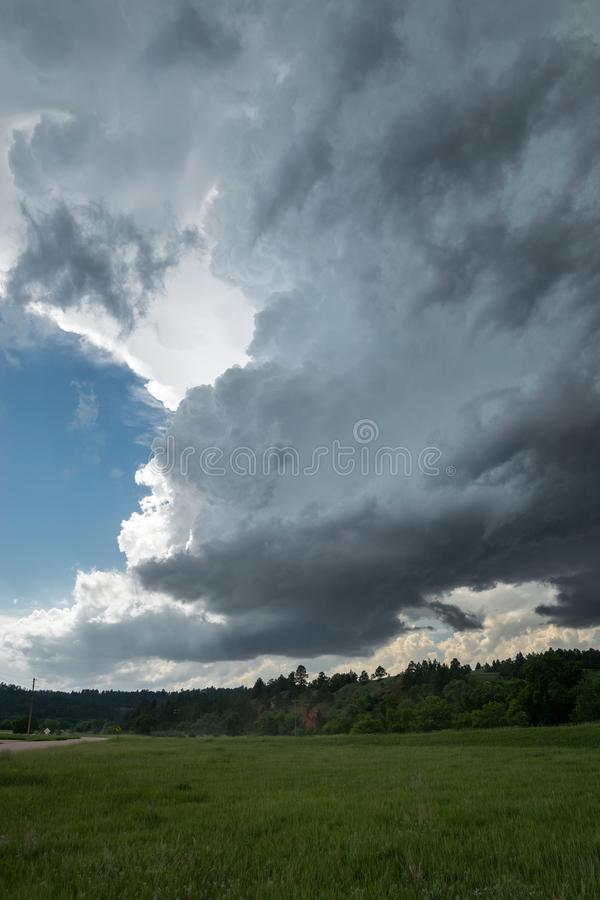 Вращая wallcloud supercell высыпания LP низкого над равнинами, Соединенными Штатами стоковая фотография rf