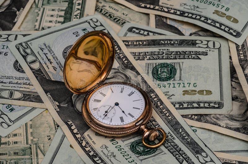 Время вахта денег с предпосылкой наличных денег стоковое фото