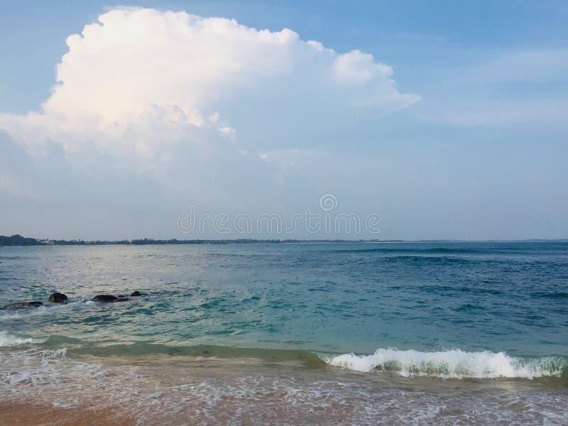 Время вечера на пляже с водой стоковые изображения