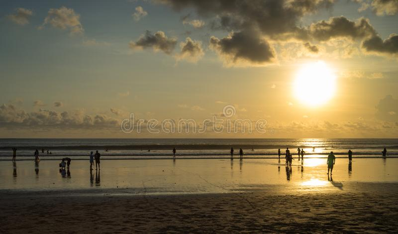 Время и люди захода солнца на Kuta приставают к берегу, Бали-Индонезия стоковые изображения rf