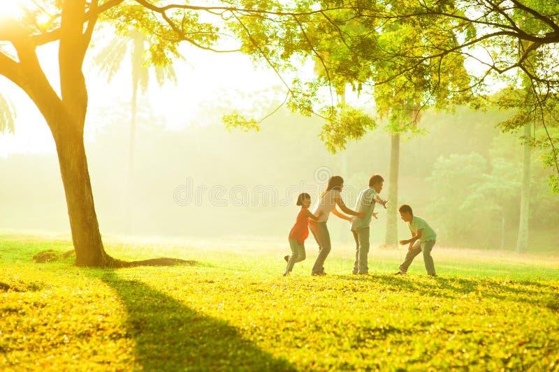 Время качества азиатской семьи напольное стоковое фото rf