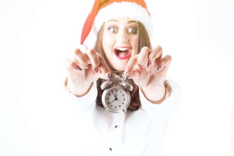 время конца рождества предпосылки красное вверх Красивая женщина плюс размер в hol шляпы Санта Клауса стоковое изображение