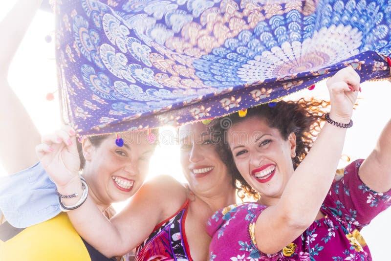 Время масленицы и партии для группы в составе женские друзья стоковая фотография