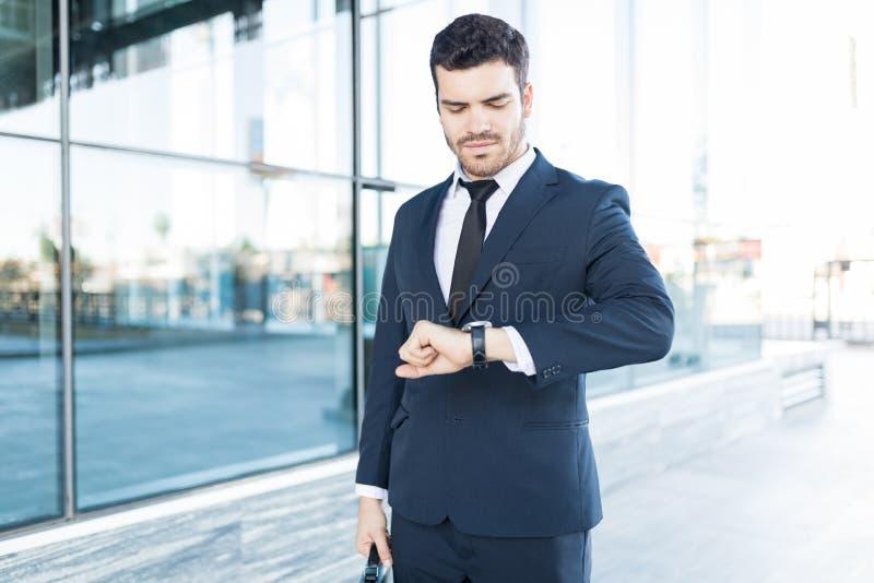 Время молодой мужской исполнительной власти отслеживая на дозоре стоковые изображения