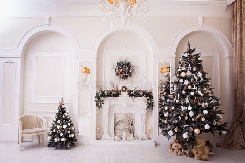 Время Нового Года в белой живущей комнате стоковое фото