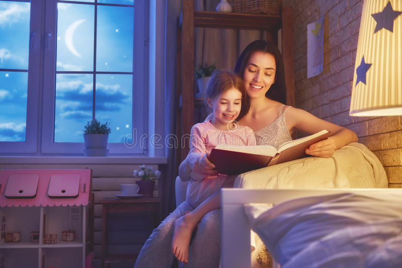 Время ложиться спать чтения семьи стоковые изображения rf