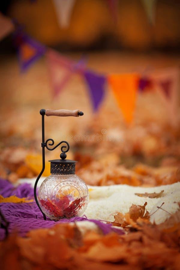 Время падения Осеннее оформление Свечи в виде фонарей с золотыми листьями стоковые изображения rf