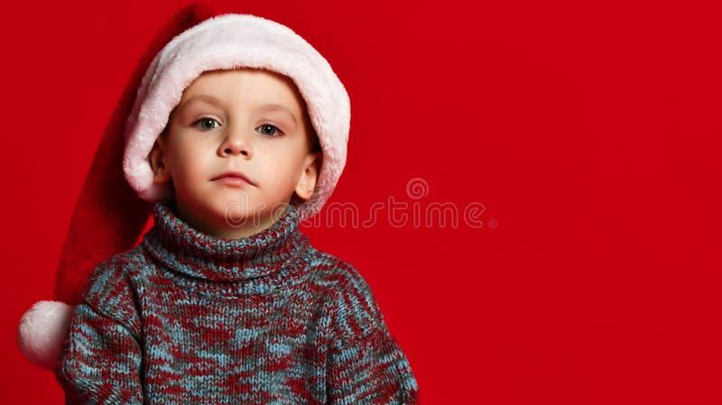 Время рождества - мальчик с шляпой Санта Клауса стоковые фото