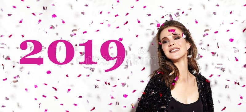 Время рождественской вечеринки Красивая счастливая улыбка женщины Стиль в Confetti Новый Год 2019 празднует взгляд с макияжем мод стоковые фотографии rf