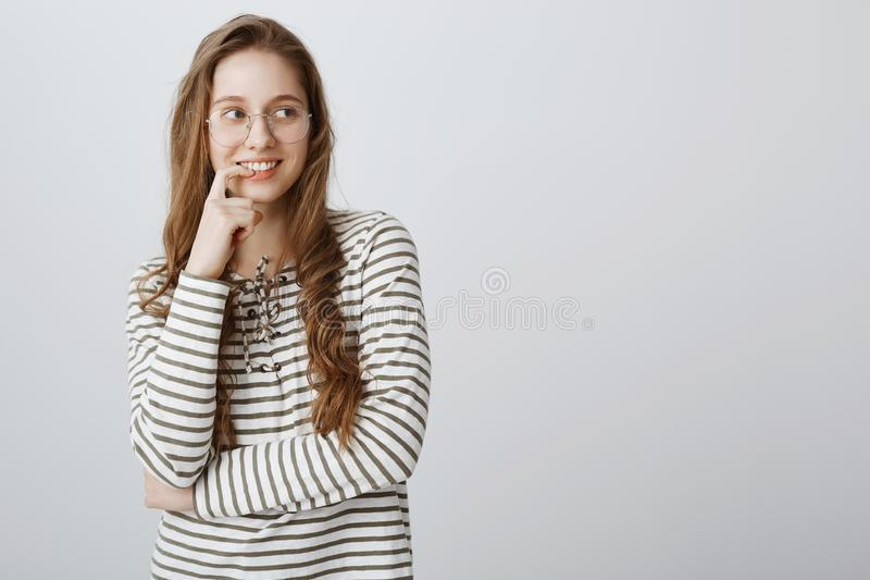 Время сделать мечты прийти верно Умный творческий девочка-подросток в striped пуловере и предписанных стеклах усмехаясь с стоковые изображения