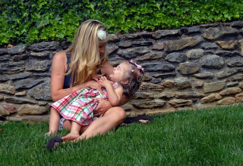 Время смешка с мамой стоковое фото