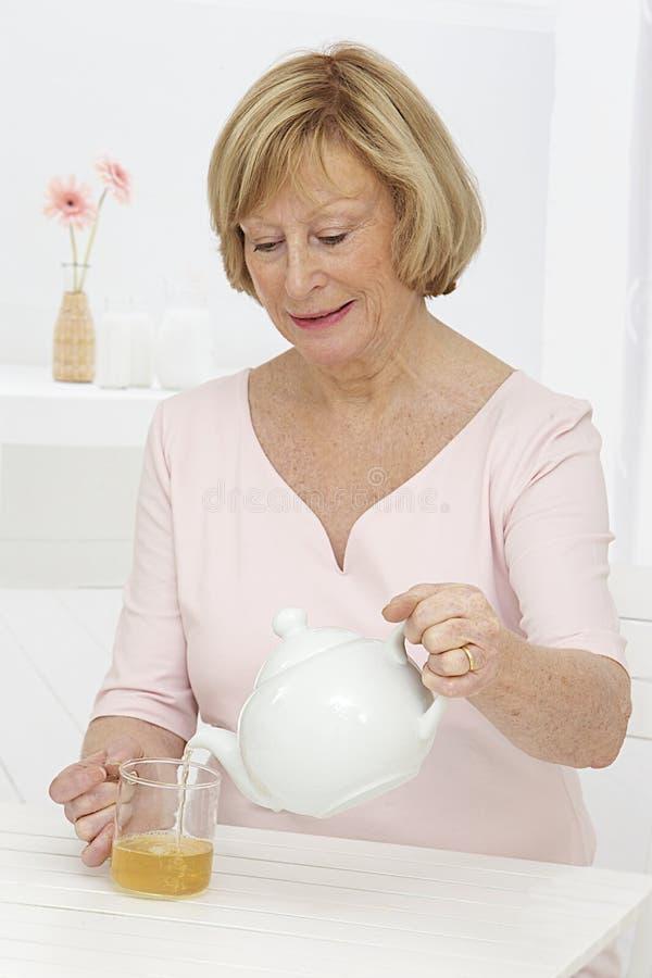 Время чая для старшей женщины стоковое фото rf