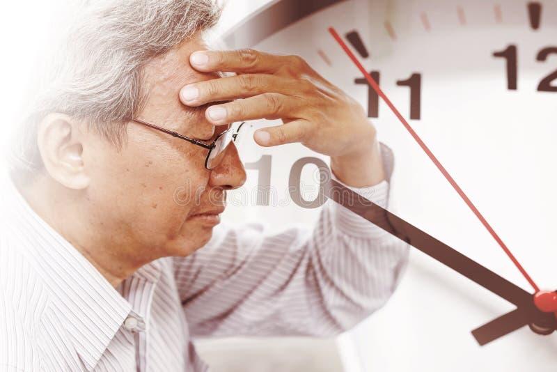 Время человека теряя его память от амнезии Часы смерти хода мозга стоковая фотография