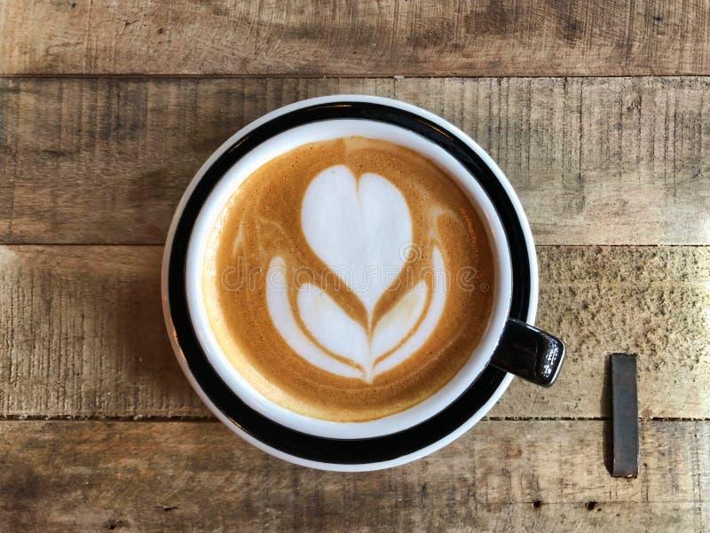 Время latte кафа над древесиной стоковая фотография