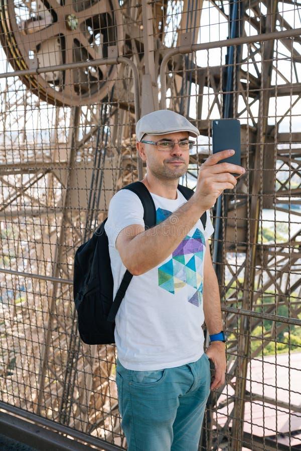 Время Selfie внутри Эйфелева башни стоковые фотографии rf