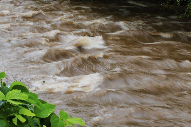 Врем-выдержка стоящих волн в реке Readdies стоковая фотография