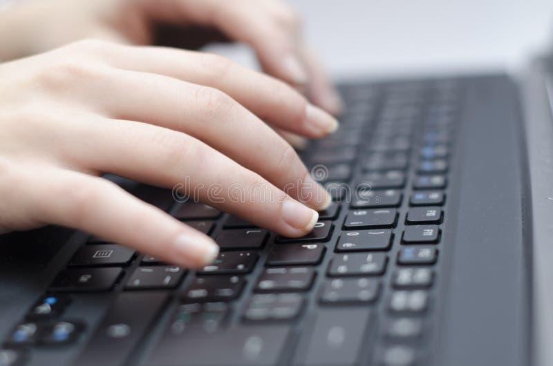 вручает женщину клавиатуры стоковое фото