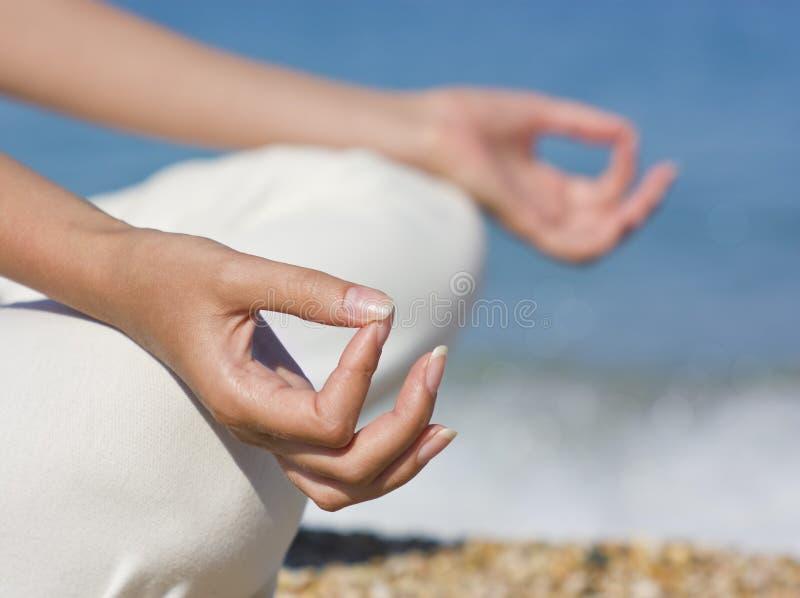вручает йогу стоковое изображение rf