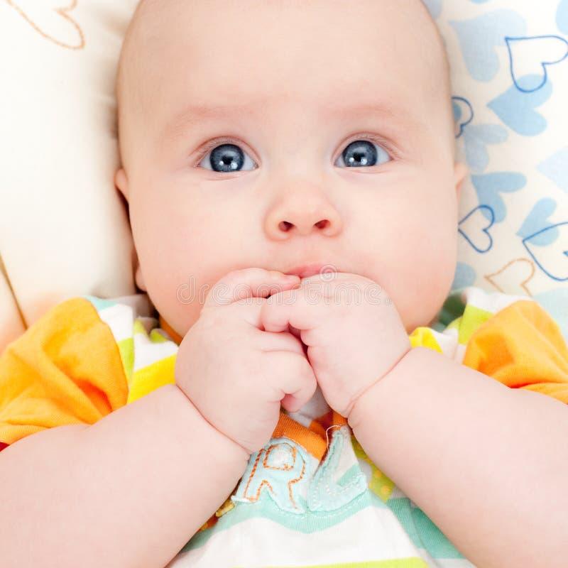 вручает младенческий рот стоковое изображение