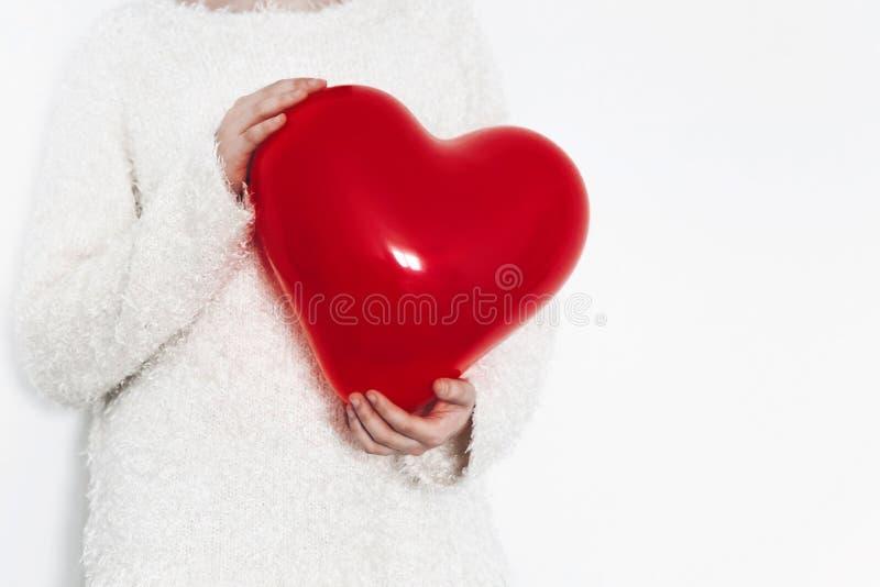 вручает удерживание сердца Счастливая концепция дня ` s валентинки женщина с r стоковые фотографии rf