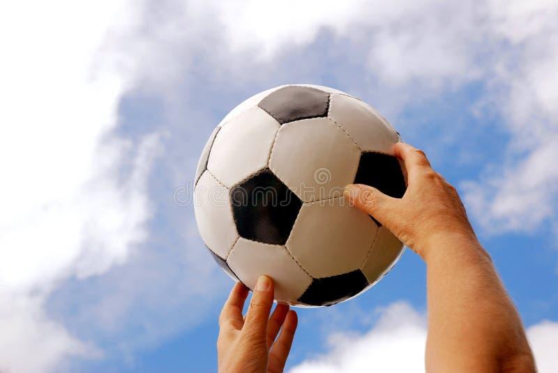 вручает футбол стоковое изображение
