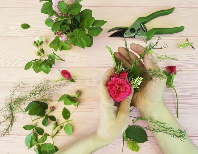 Вручает цветки флориста декоративный взгляд сверху scissors профессионал места для работы стоковое изображение rf