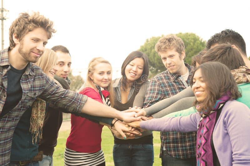 вручает multiracial студентам стога whit стоковая фотография